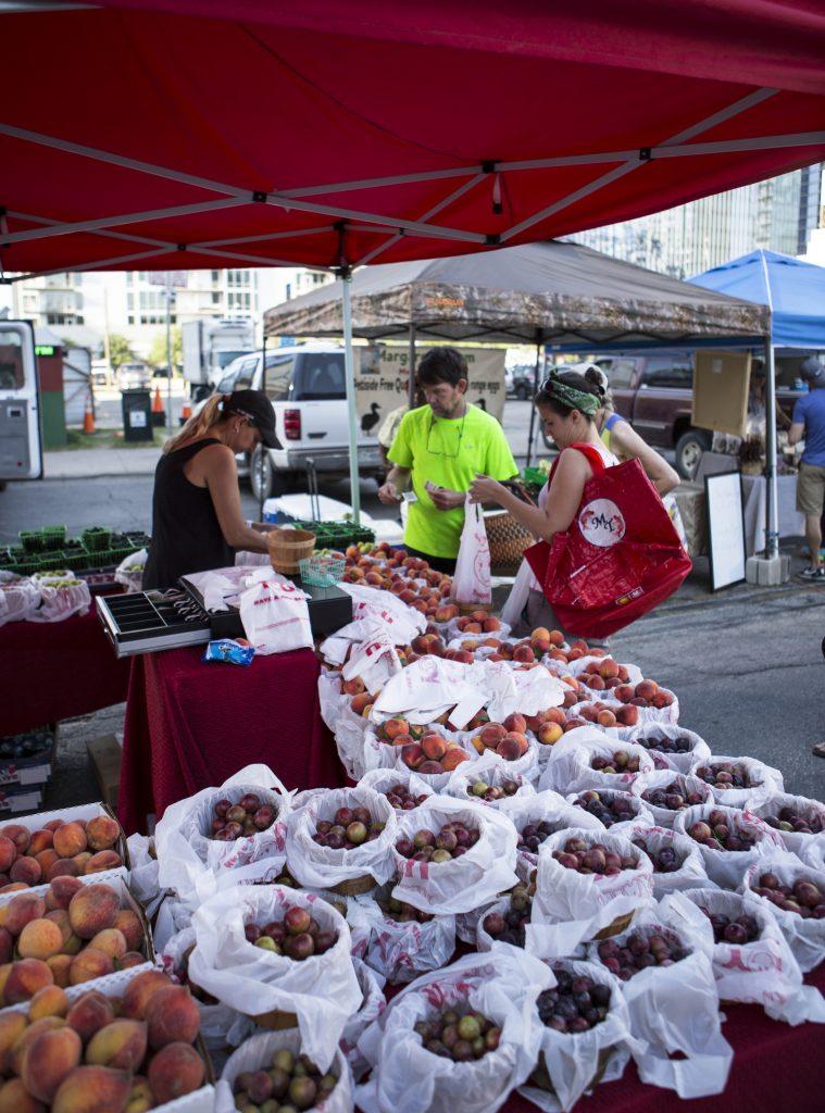 puestos de frutas y verduras en el mercado del centro de Austin