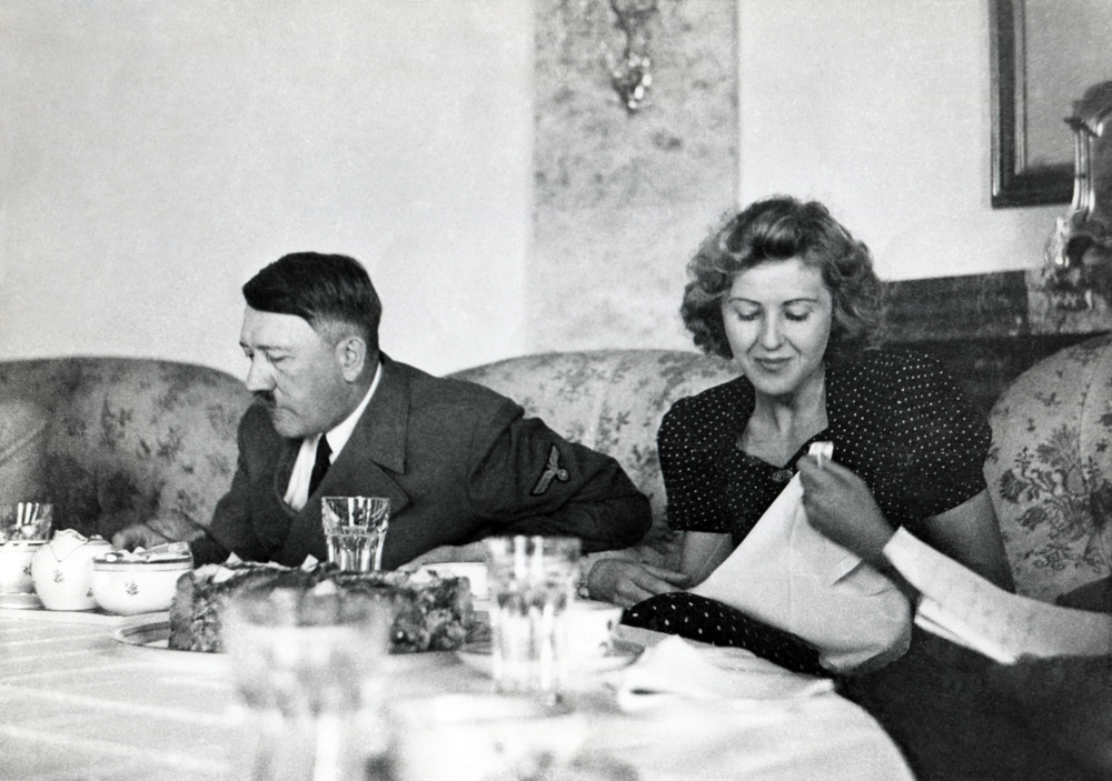 Adolf Hitler y Ava Braun en Berchtesgaden comiendo la cena, circa 1937-1943.